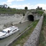 Long tunnel ! Probablement le seul sur tout le parcours. Obligation aux cyclistes de passer par dessus le tunnel, surtout avec les remorques