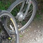 Première crevaison sur notre périple au pneu avant du vélo à Gaby !