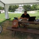 Repas sous la tonnelle du camping
