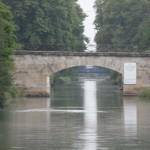 Admirez le reflet de la lumière dans l'eau du canal