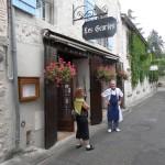 Entrée du restaurant dans une ruelle de la veille ville derrière l'Eglise. Retrouvailles de Gaby et Roger son ancien prof de cuisine !