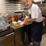 Roger façonne le pain de la journée